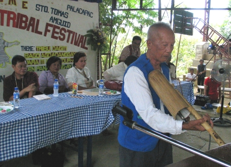 Ni Tang Olanio Biteng, violinist... but he opted to use his bamboo violin