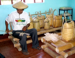 An artist of sakupit, he's from Iteb, Malideg, Quirino, Ilocos Sur.  He makes the locally known as sakupit or backpack.