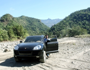 What this Porshe Cayenne doing in the mountainous area of Ilocos Sur.  Maybe, she's also enjoying the beauty of nature that as beauty as she is. Backdraft is the well=known Tirad Pass Peak.