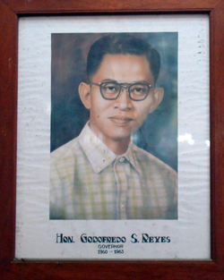Ladawan ni Dr. Reyes iti provincial capitol ti Ilocos Sur iti panagtakemna kas gobernador