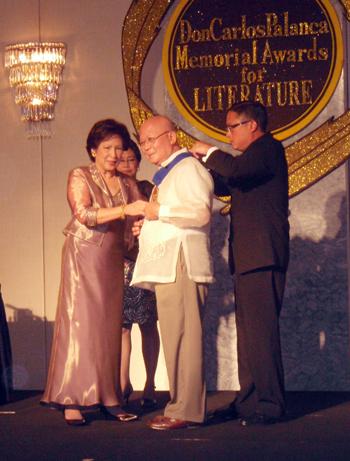 National Artist Lumbrera bayat iti panakaipaay kenkuana ti Dangal ng Lahi ti pamilia Palanca