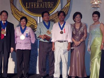 Dagiti judges ti regional languages ken ni Sylvia Palanca-Quirino iti pakalaglagipan a ladawan